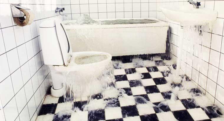 علت بالا آمدن آب توالت چیست؟