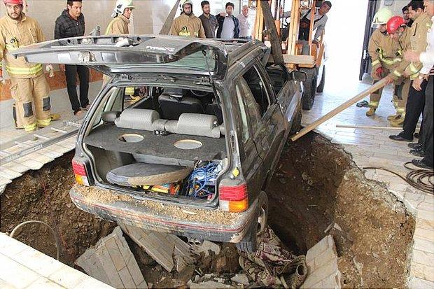 چاه فاضلاب در مشهد یک خودرو را بلعید