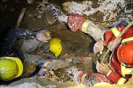 نجات معجزه آسای کارگر چاهکن از مرگ